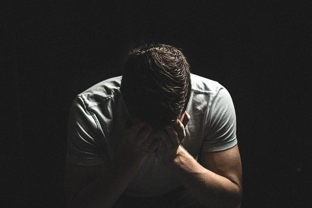 Smutný muž, smútok, hlava do dlaní, hanba, depresia