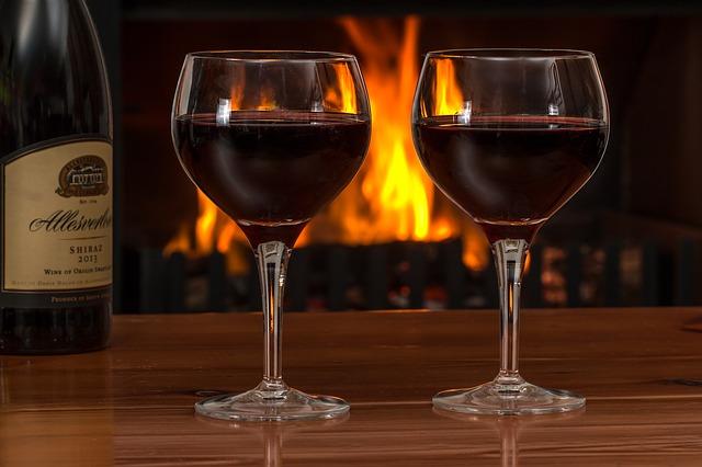 červené víno pri kozube