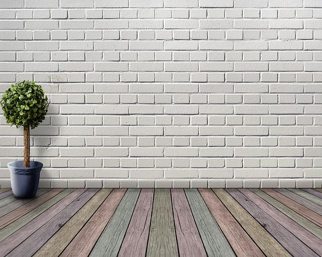 Miestnosť s bielou murovanou stenou