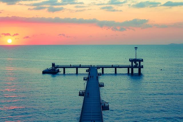 Mólo v mori pri západe slnka.jpg