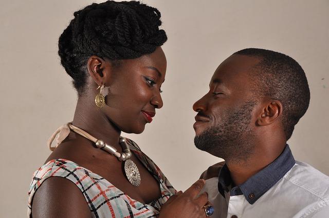 Muž a žena na seba zamilovane pozerajú.jpg