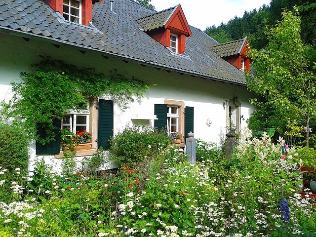 Malá rodinný dom s dvoma oknami.jpg
