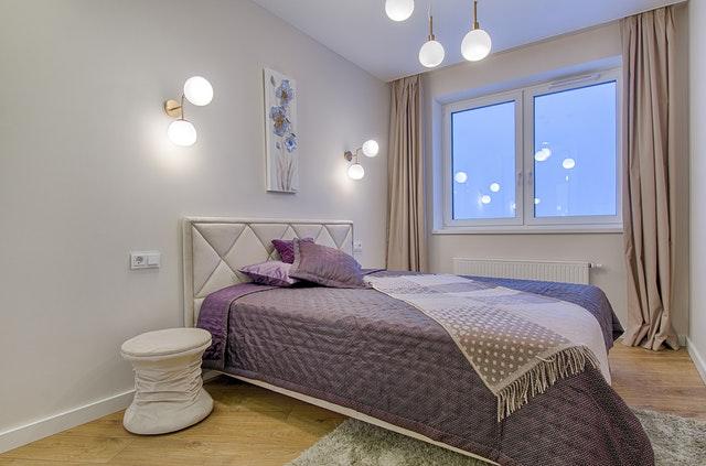 Spálňa s posteľou a dvoma bodovými svetlami