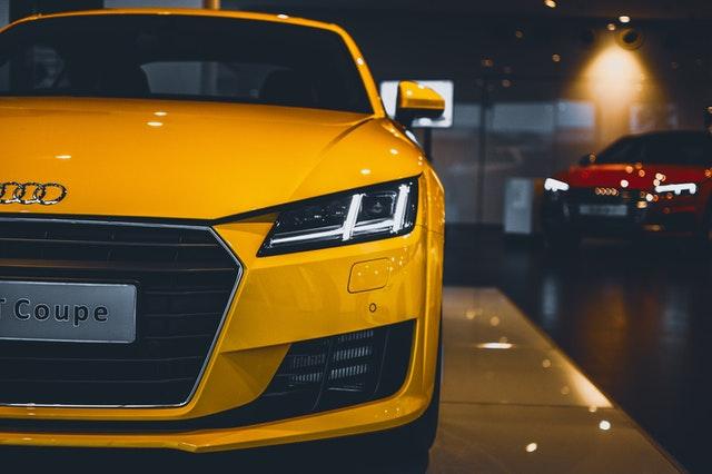 Nové žlté auto vystavené v predajni